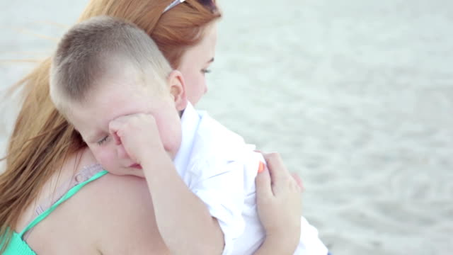 A little boy cries while his mother calms him - vídeo