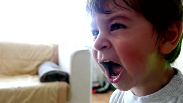 bambino che piange inconsolabilmente - bambino piccolo video stock e b–roll
