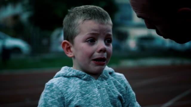 liten pojke gråter - enbarnsfamilj bildbanksvideor och videomaterial från bakom kulisserna