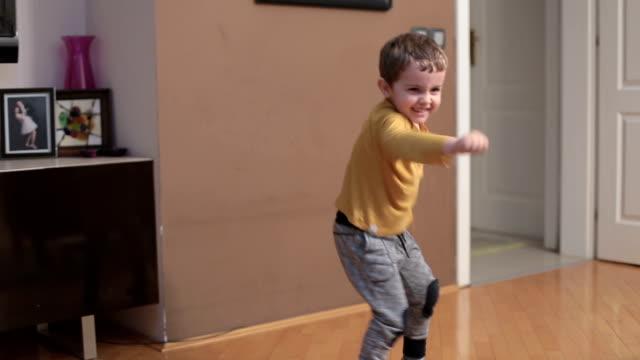 kleiner junge tanzt und boxer bewegungen zu imitieren - 2 3 jahre stock-videos und b-roll-filmmaterial