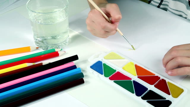 小さな男の子は、塗料を描画します。 ビデオ