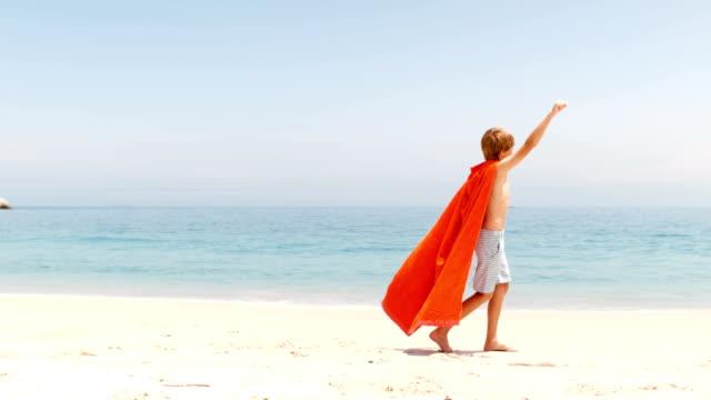 kleiner junge gekleidet wie superman mit handtuch - held stock-videos und b-roll-filmmaterial