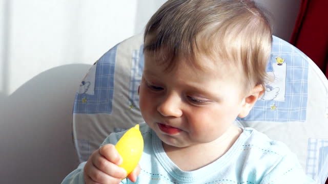 little boy eating first time lemon - gusto aspro video stock e b–roll