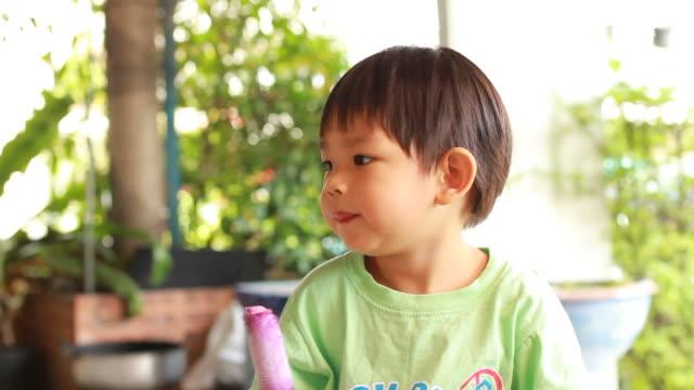 ragazzino mangiare gelato - solo neonati maschi video stock e b–roll