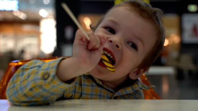 吃棒棒糖的小男孩 - 波板糖 個影片檔及 b 捲影像