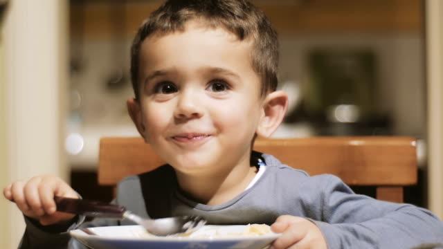 stockvideo's en b-roll-footage met kleine jongen eten van soep - lunch