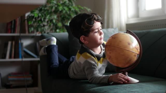il ragazzino esamina la mappa - curiosità video stock e b–roll
