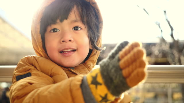 il bambino si sente freddo / freddo - abbigliamento da neonato video stock e b–roll