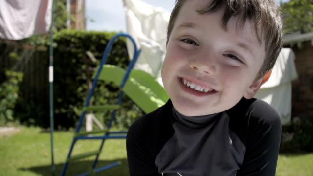 vídeos de stock, filmes e b-roll de menino preenchendo uma piscina câmera lenta inflável - inflável
