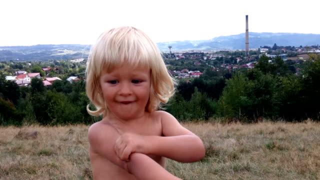 mały chłopiec dostosowania mouscles - napinać mięśnie filmów i materiałów b-roll