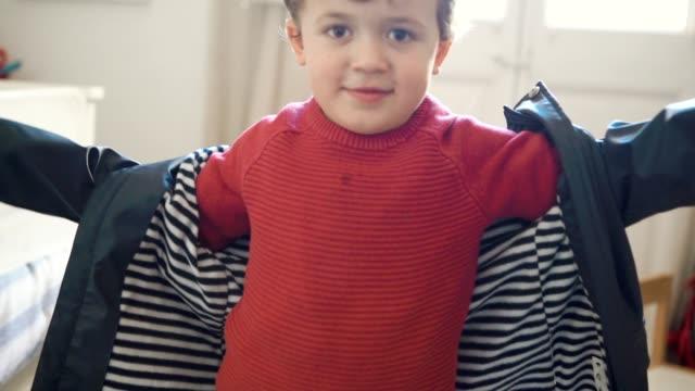 Kleinen Jungen zu Hause anziehen – Video