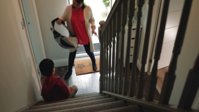 vídeos de stock e filmes b-roll de little boy getting help to remove his shoes - remover