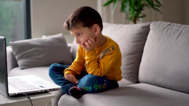 stockvideo's en b-roll-footage met little boy met een videoconferentie voor afstandsonderwijs kleuterschool - corona scherm