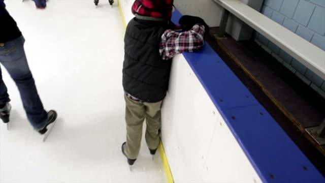 mały chłopiec jazda na łyżwach - łyżwa filmów i materiałów b-roll