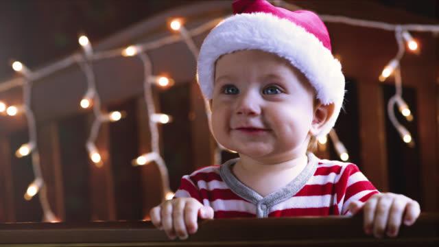クリスマスの小さな男の子 - サンタの帽子点の映像素材/bロール