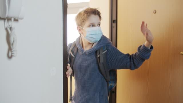 小男孩在禁閉后第一次離開學校 - back to school 個影片檔及 b 捲影像