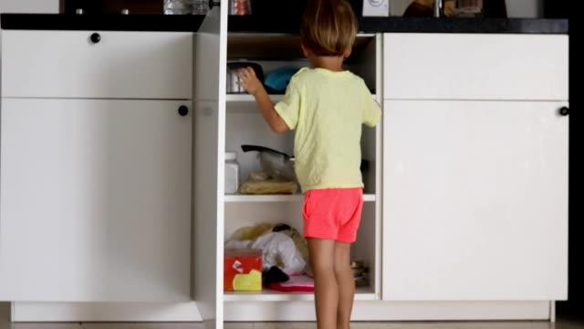 liten pojke tittar inuti köks skåp - looking inside inside cabinet bildbanksvideor och videomaterial från bakom kulisserna