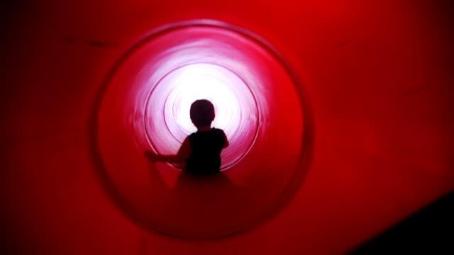 kleine junge auf rote lange wasserrutsche - kinderspielplatz stock-videos und b-roll-filmmaterial