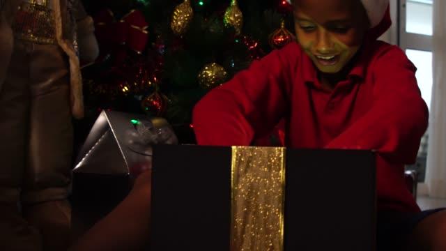 liten pojke öppna en magiska presentbox - christmas presents bildbanksvideor och videomaterial från bakom kulisserna