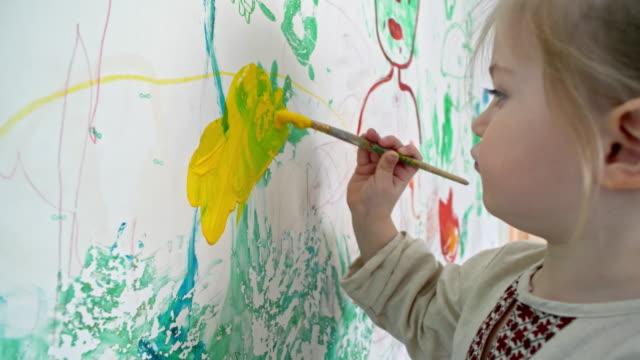 lilla pojke målning på väggen i sitt rum - painting wall bildbanksvideor och videomaterial från bakom kulisserna