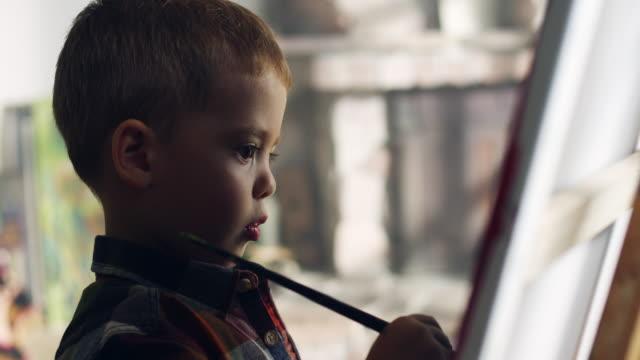 маленький мальчик живопись - kids drawing стоковые видео и кадры b-roll