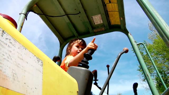 маленький мальчик играет на трактор - сельскохозяйственная машина стоковые видео и кадры b-roll