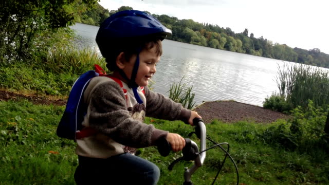 Little boy riding a bike - vídeo