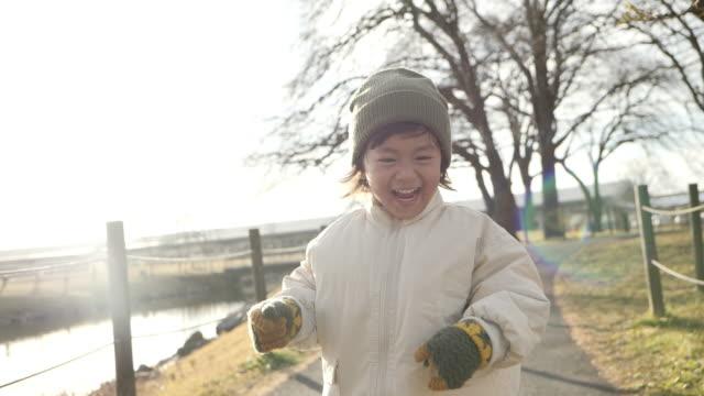 公園で走っている小さな男の子。 - 男の子点の映像素材/bロール