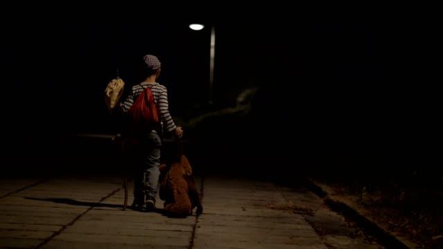 vídeos de stock e filmes b-roll de little boy running away from home - criança perdida