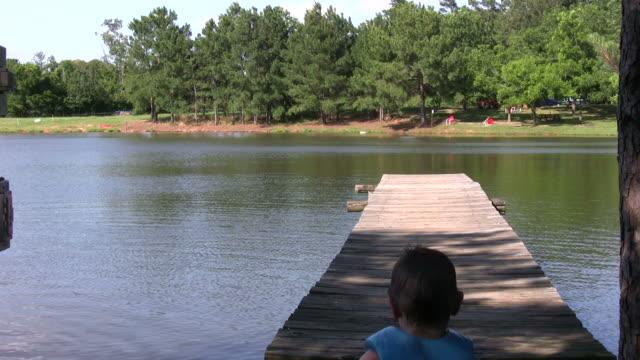 little boy running down the dock hd - flod vatten brygga bildbanksvideor och videomaterial från bakom kulisserna