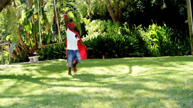 Kleiner Junge läuft im Kostüm des Superhelden – Video
