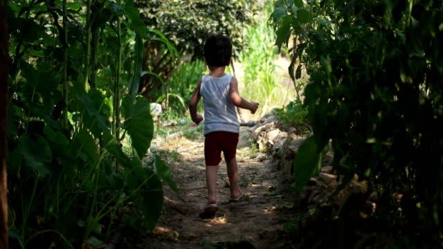 vídeos de stock e filmes b-roll de little boy running - granadilha