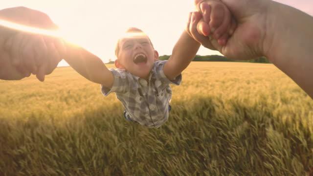 pov mały chłopiec ma bardziej będąc spinned - syn filmów i materiałów b-roll