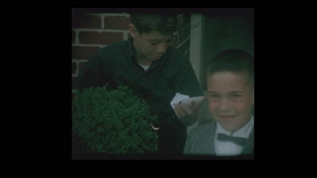 stockvideo's en b-roll-footage met jongetje toont polaroid foto van zichzelf - polaroid