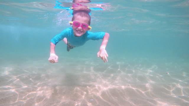 vídeos de stock, filmes e b-roll de garotinho, mergulho na praia do méxico - férias na praia