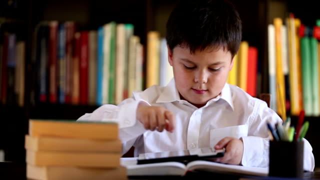 ragazzino con digital tablet - solo bambini maschi video stock e b–roll