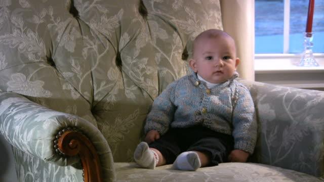 ragazzino in attesa - solo neonati maschi video stock e b–roll
