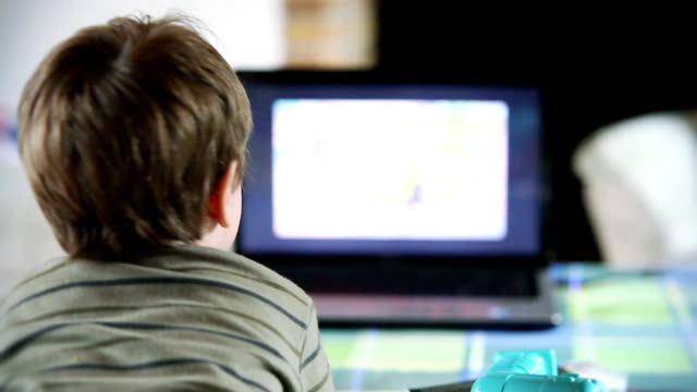 ragazzino guardando la tv, vista posteriore - solo un bambino maschio video stock e b–roll