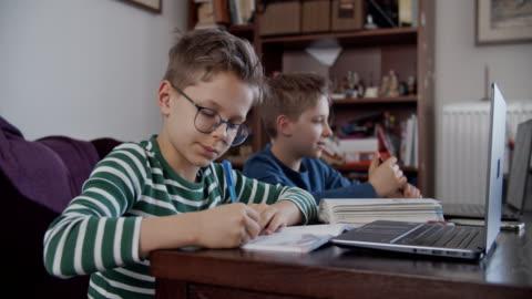 vídeos y material grabado en eventos de stock de niños pequeños que asisten a la clase de la escuela en línea. - estudiante