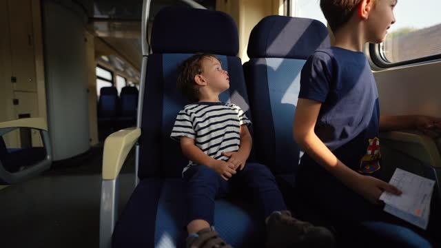 電車の中の小さな男の子 - 乗客点の映像素材/bロール