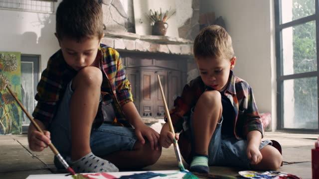 画家のアトリエで絵の少年 ビデオ