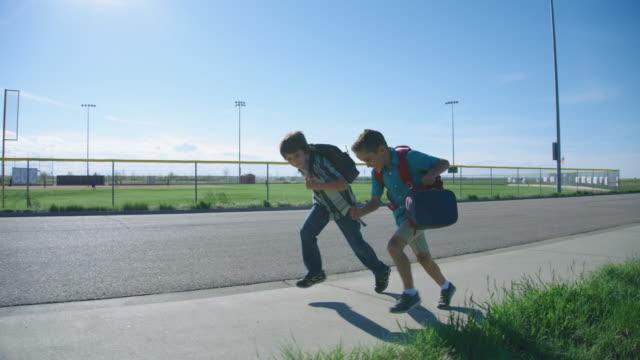 küçük çocuklar okula çalıştırmak - okul çocukları stok videoları ve detay görüntü çekimi