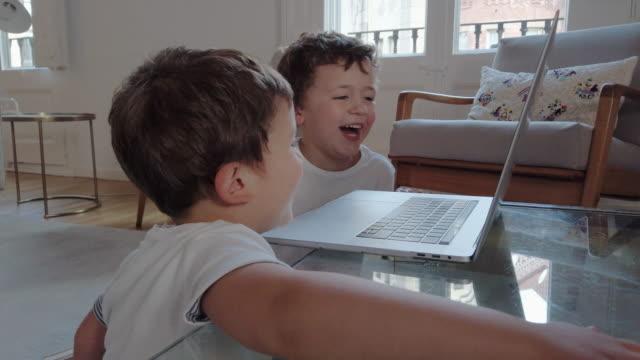 Kleine Jungs mit einem Laptop und lachen – Video