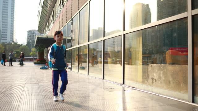 stockvideo's en b-roll-footage met kleine jongens lopen naar school - schooljongen