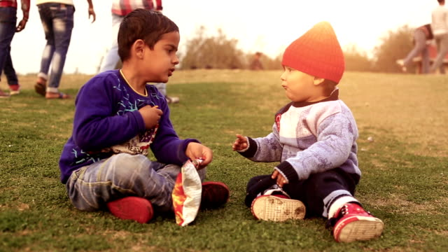 Little Brother são amigos íntimos para sempre - vídeo