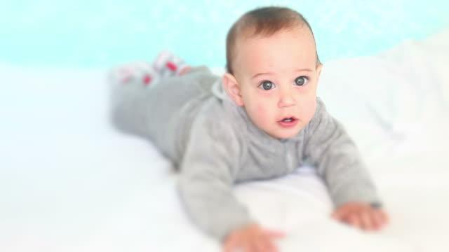 hd: piccolo bambino sul letto - solo neonati maschi video stock e b–roll