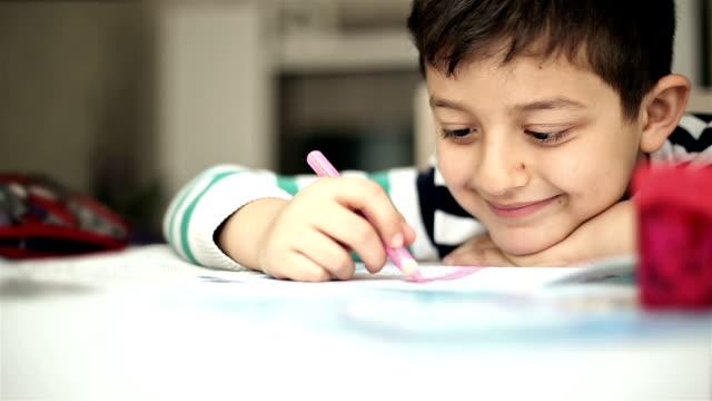 Pequeño niño pintura y escritura - vídeo