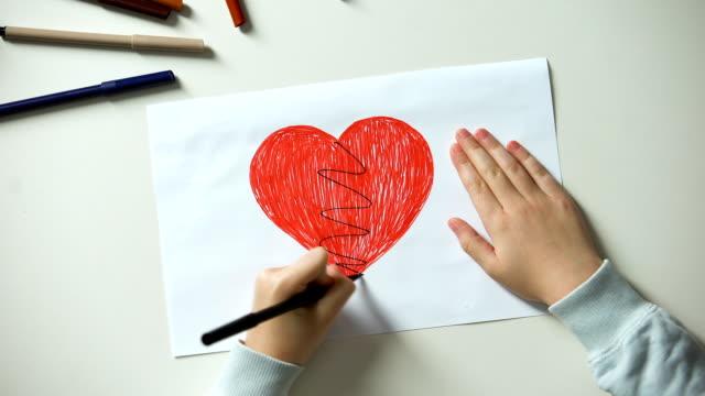 vídeos de stock e filmes b-roll de little child painting broken heart, cruelty and family problems concept, divorce - coração fraco