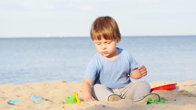 little child play on beach - wschodnio europejski filmów i materiałów b-roll