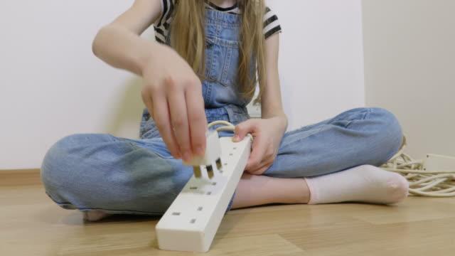 lilla barn leker med plugg - endast flickor bildbanksvideor och videomaterial från bakom kulisserna